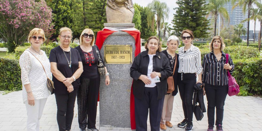 Anneler Günü'nde Zübeyde Hanım büstüne ziyaret