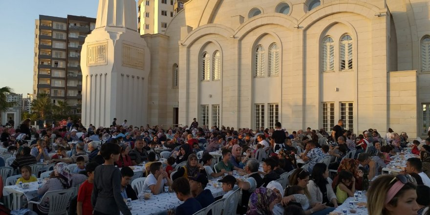 Seyhan Müftülüğü ve Nuri Çomu Vakfı'nın desteğiyle bin 500 kişiye iftar yemeği