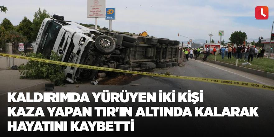 Kaldırımda yürüyen iki kişi kaza yapan TIR'ın altında kalarak hayatını kaybetti