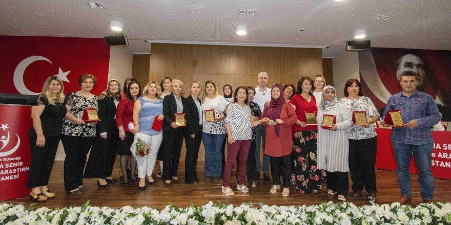 Adana Şehir Eğitim ve Araştırma Hastanesinde emekli olan ebe,hemşire ve teknisyenlere plaket verildi
