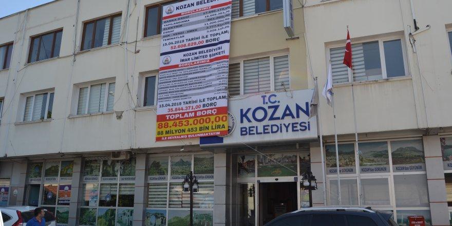 Kazım Özgan, devraldığı 88 milyon 453 bin lira borcu afişle kamuoyuna duyurdu