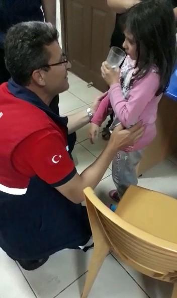 Küçük kızın kapı makarasına sıkışan parmağını itfaiye çıkardı