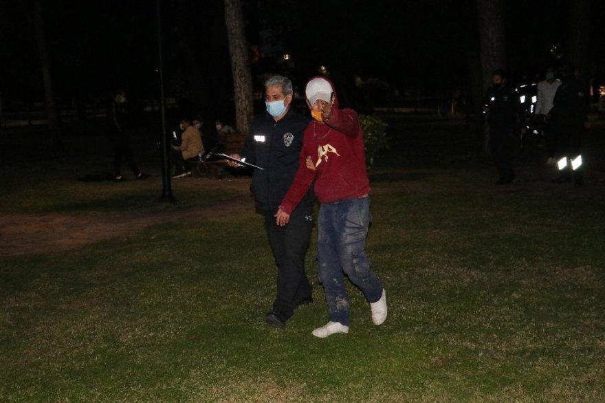 Parktaki gaspçıları güvenlikler etkisiz hale getirdi