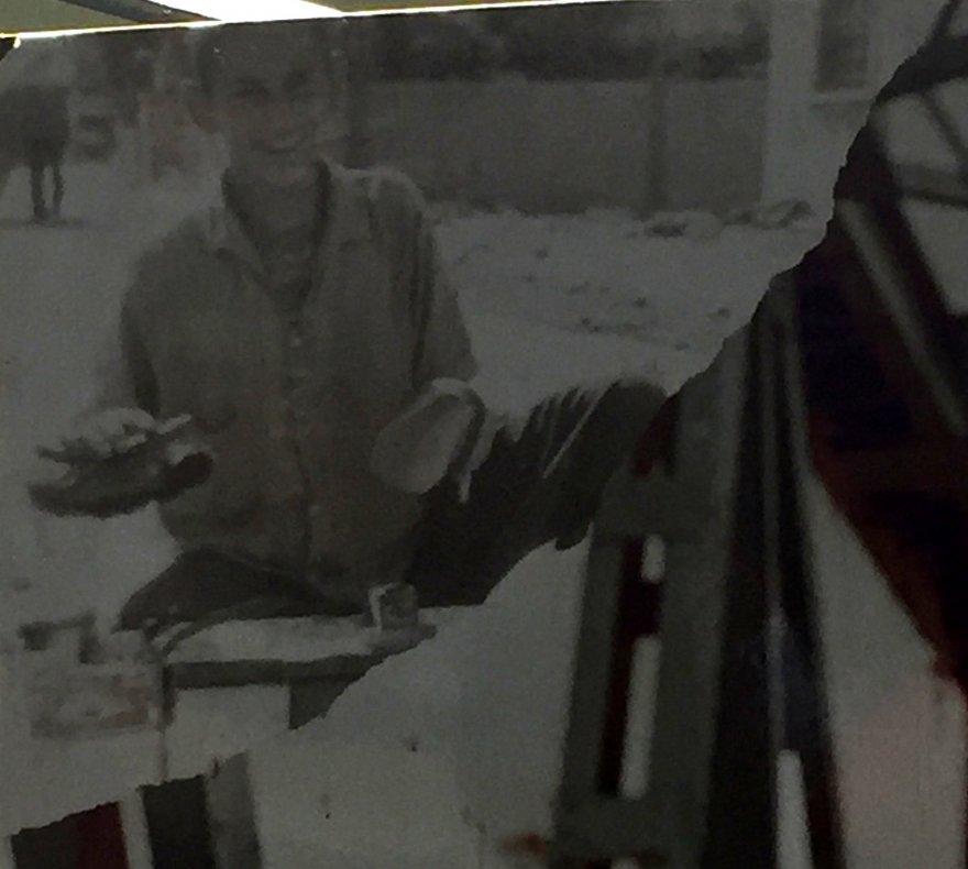 Adanalı sanatçının ayakkabı boyacılığı yaparken çekilen fotoğrafı ortaya çıktı